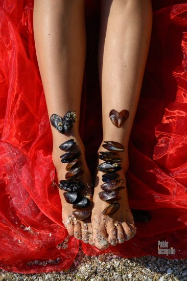 Female legs decorated with mussels. Photoshoot Nude Pablo Incognito
