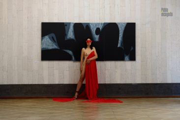 Margarita is half-naked, in a red mask, in an art gallery. Nude photo by Pablo Incognito