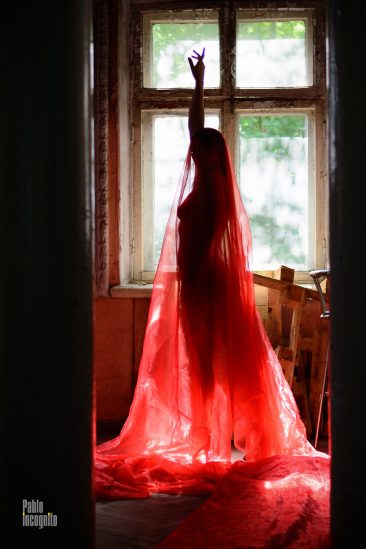 Silhouette of a naked girl in a transparent fabric. Nude photo by Pablo Incognito