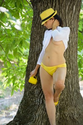 Striptease in yellow shorts in the park. Nude photo by Pablo Incognito