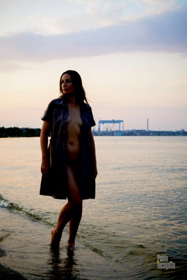 Girl in an unbuttoned dress by the river. Nude photo Pablo Incognito