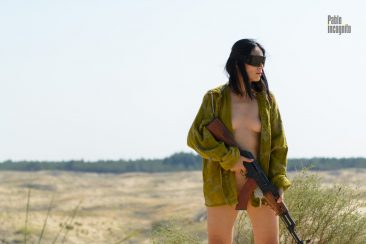 Nude woman with a gun. Nude photographer Pablo Incognito