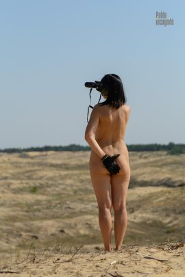 A completely naked girl with binoculars in the desert. Nude photographer Pablo Incognito