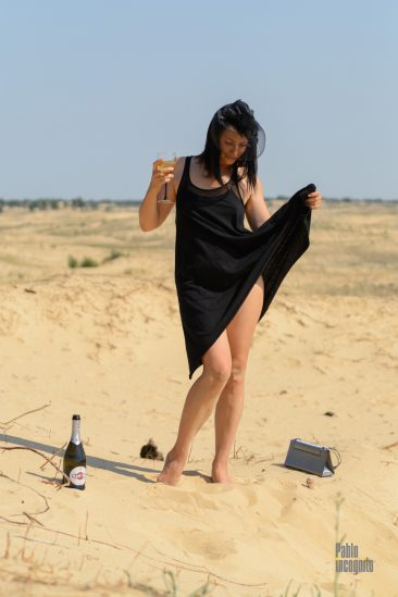 Desert striptease under the influence of champagne. Nude photo by Pablo Incognito