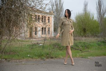 Photoshoot with striptease on the background of an abandoned building. Nude photographer Pablo Incognito