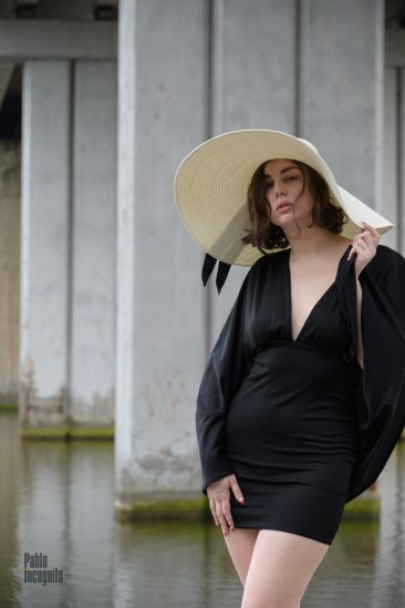 A girl in a chic hat and a little black dress. Photo by Pablo Incognito