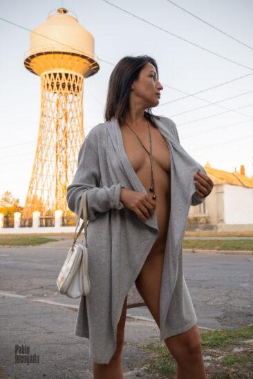 Девушка позирует ню на фоне башни Шухова. Фото Пабло Инкогнито