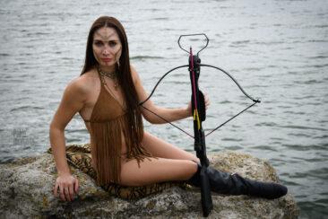 Полуголая девушка с арбалетом. Ню-фото Пабло Инкогнито.