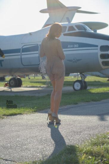 Обнаженная девушка на фоне самолетов. Фото Пабло Инкогнито.