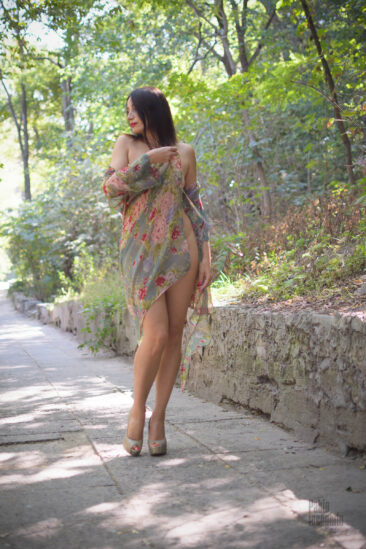 Девушка сняла прозрачное платье в парке. Фото Пабло Инкогнито