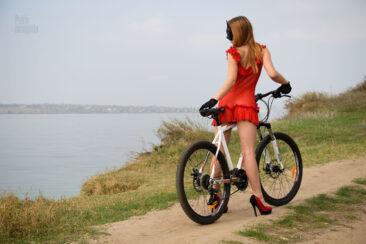 Полуобнаженная девушка на велосипеде. Ню-фото Пабло Инкогнито