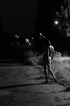 Naked girl in the light of a street lamp at night. Photographer Pablo Incognito