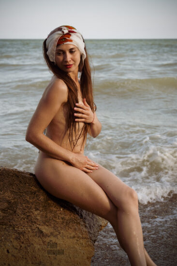 Nude girl on a stone - a nude photo shoot. Photographer Pablo Incognito