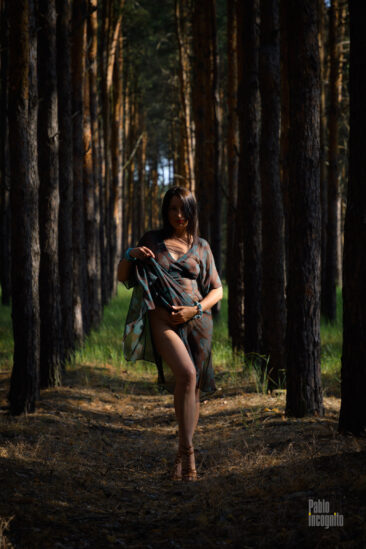 Nude photoshoot in the forest. Nude model striptease. Photographer Pablo Incognito