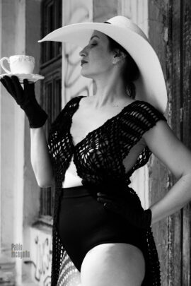 Black and white nude. Lady in a chic hat with a cup. Photo session on the ruins. Pablo Incognito
