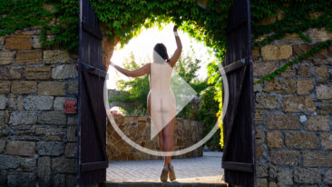 Video backstade nude art photo session. Silhouette in the arch. Photographer Pablo Incognito