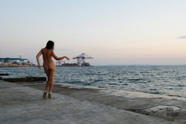Naked girl posing on the Lanzheron embankment, Odessa. Nude photo by Pablo Incognito