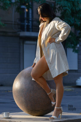 Girl near the ball. Nude photo session with light flashing. Photographer Pablo Incognito
