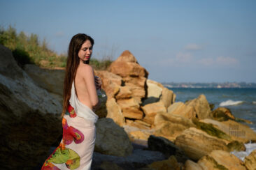 Nude girl in pareo on the beach. Nude photo by Pablo Incognito