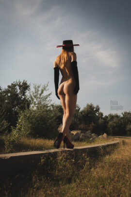 Nude photoshoot in nature. Nude model in shoes and a hat. Photo by Pablo Incognito