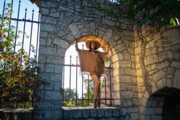 Romantic nude photo session in the castle. Photo by Pablo Incognito