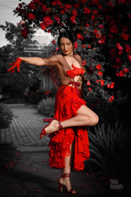 Passionate nude photo session of Carmen near a gorgeous rose bush. Photo by Pablo Incognito