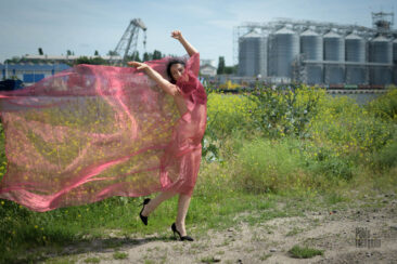 Nude photoshoot with transparent fabric. Photo by Pablo Incognito